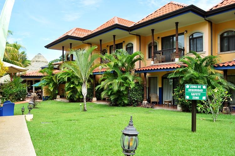 hotel-cuna-del-angel-dominical-ballenatales-pool-restaurant-13
