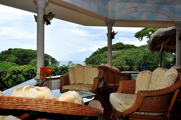 hotel-cuna-del-angel-dominical-ballenatales-pool-restaurant-16