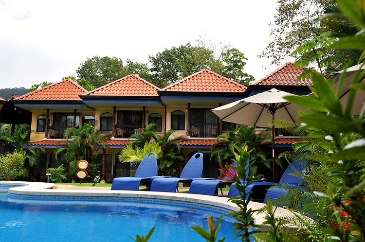hotel-cuna-del-angel-dominical-ballenatales-pool-restaurant-19