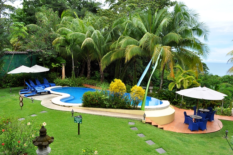 hotel-cuna-del-angel-dominical-ballenatales-pool-restaurant-3
