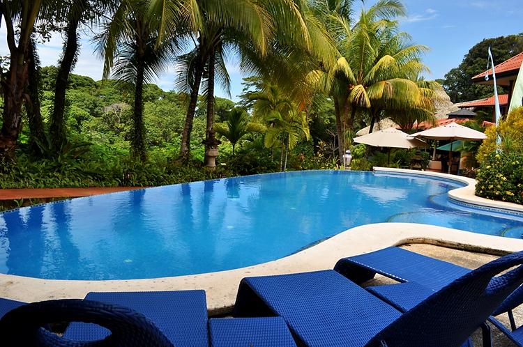 hotel-cuna-del-angel-dominical-ballenatales-pool-restaurant-4