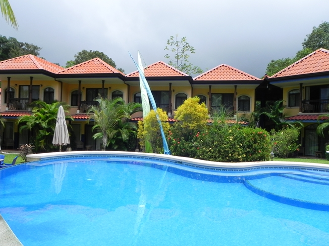 hotel-cuna-del-angel-dominical-ballenatales-pool-restaurant-7