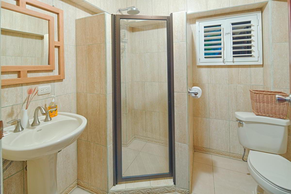 whale-resort-osa-peninsula-puravida-costaballenalovers-villas-for-rent-beachfront-tour-room-bathroom